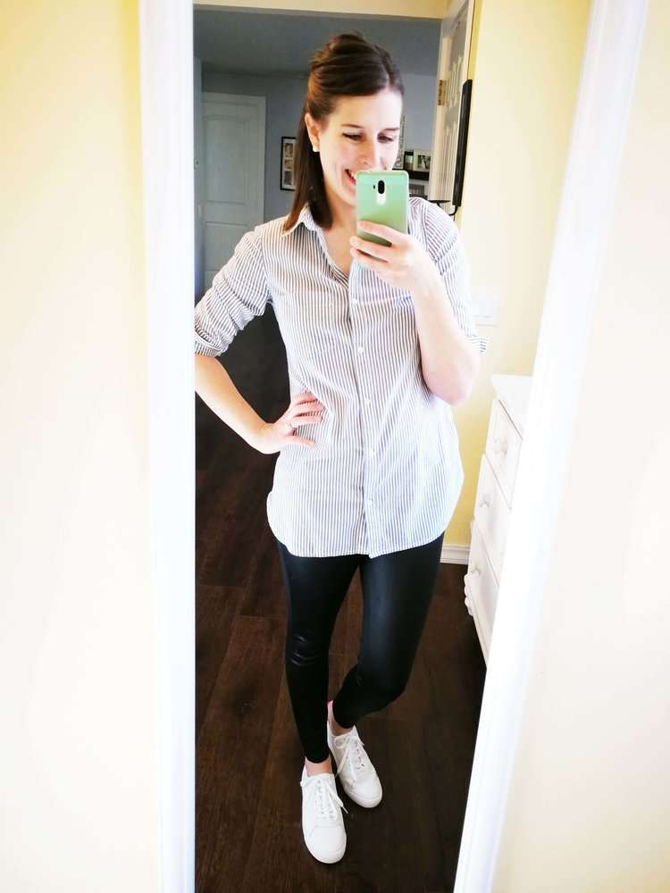 How to wear faux leather leggings in summer or spring. Casual outfit idea for moms. Tunic button-down shirt and white sneakers.