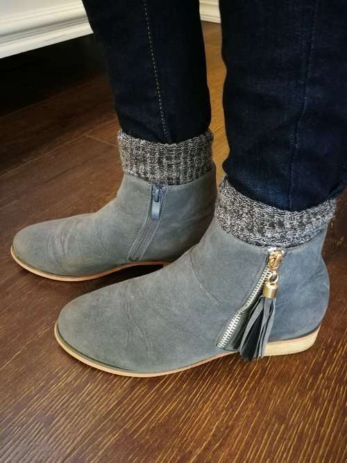 How to wear ankle boots with wool socks and skinny pants in very cold weather: Fold thick wool socks over once or twice to about 1 inch above the ankle boot. Tuck skinny jeans or leggings into socks. You can also just wear boot cut pants over the ankle boots.