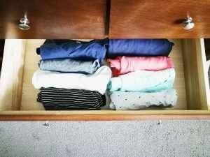 Easy steps for decluttering your clothes, downsizing your wardrobe to the best by purging clothes you don't wear in a weekend! And also how to organize the left over clothes in your drawers and your hangers-- organizing by color and other ideas given! #mom #wardrobe #fashion #outfits #tips #ideas #easy #clothes #declutter