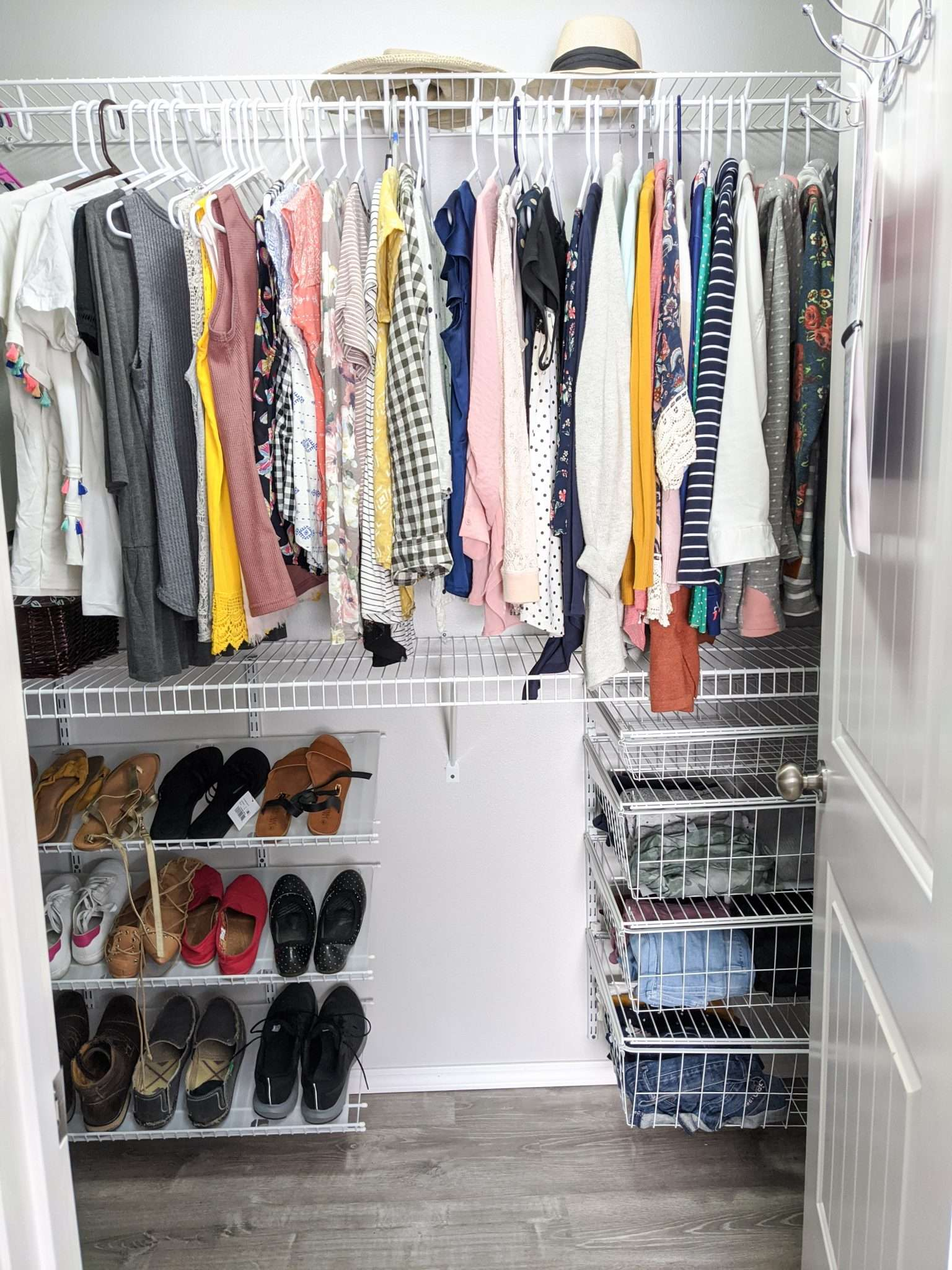 How to organize your closet. Easy method for arranging your tops in order of color versus print.