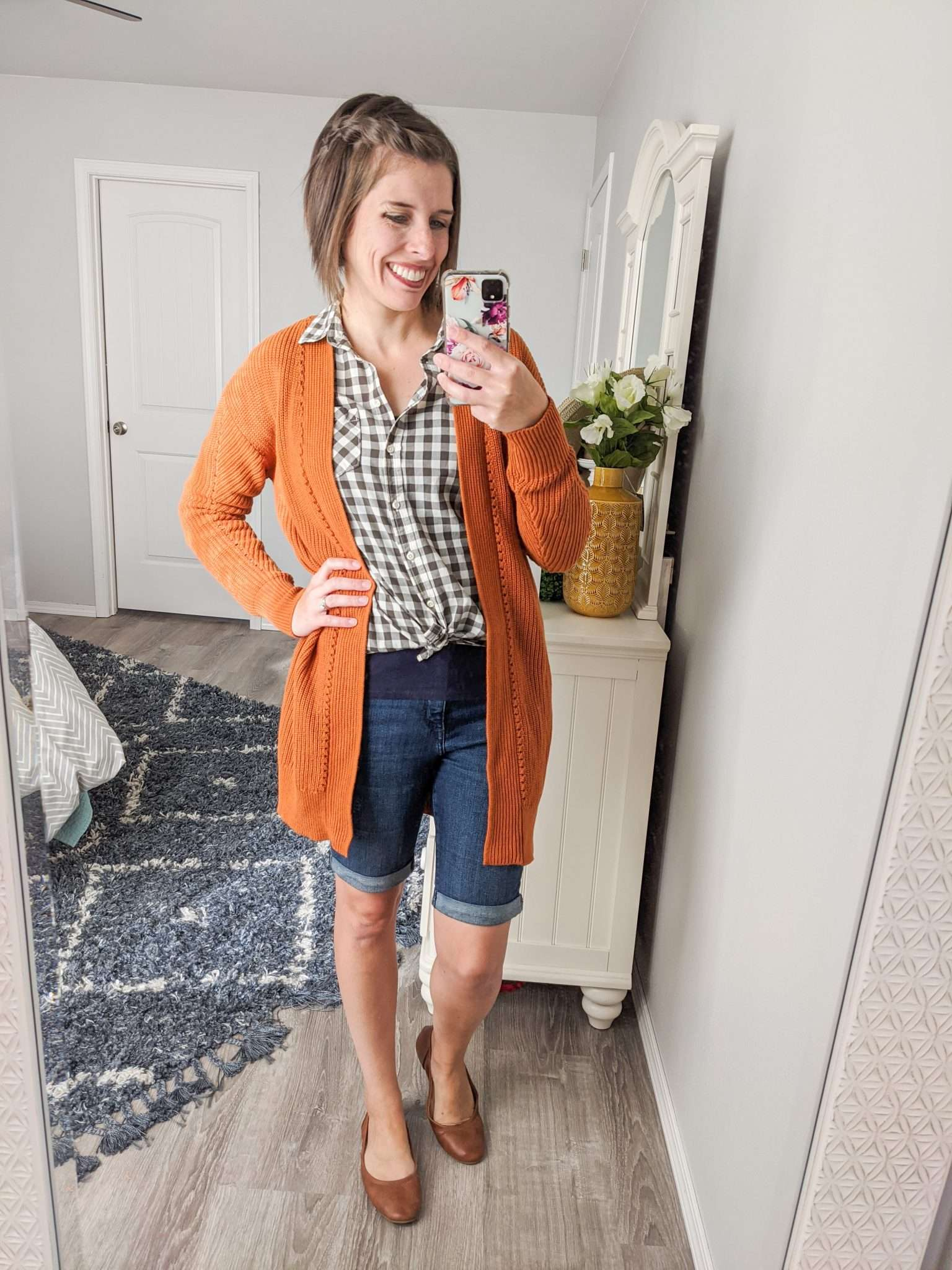 Summer to Fall transition outfits - How to transition summer clothes to fall - Shorts and a cardigan combo