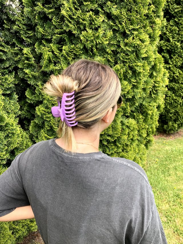 Without even cutting or coloring your hair here are 5+ ideas on how you can refresh your current look with some new accessories and styles. #momlife #hairstyles #ideas #tips #fashion